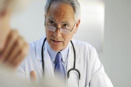 врач смотрит поверх очков