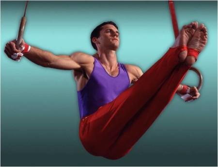 гимнаст выполняет упражнения