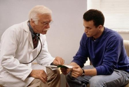 мужчина у врача на приёме