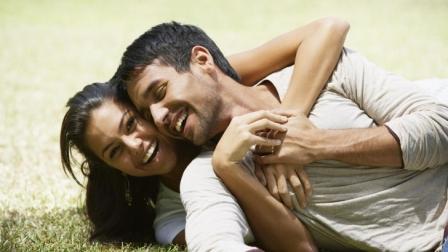 мужчина и женщина веселятся