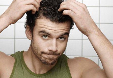 мужчина разглаживает волосы