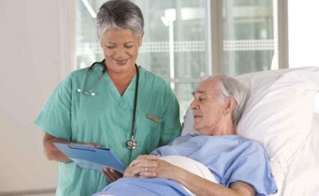 мужчина в больнице беседует с врачом