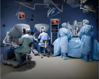 операционная с хирургическим роботом da vinci