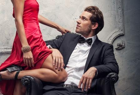 парень сидит в кресле рядом стоит девушка