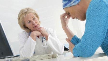 врач общается с женщиной в косынке