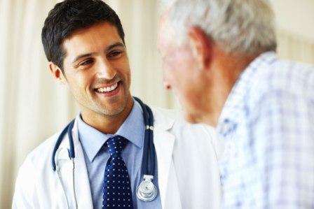 врач улыбается мужчине