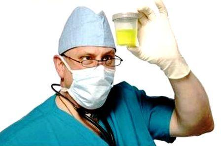 доктор смотрт на баночку с жёлтой жидкостью