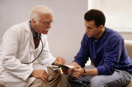 мужчина беседует с врачом