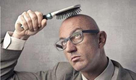 мужчина без волос с расчёской