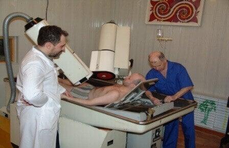 мужчину исследуют в больнице