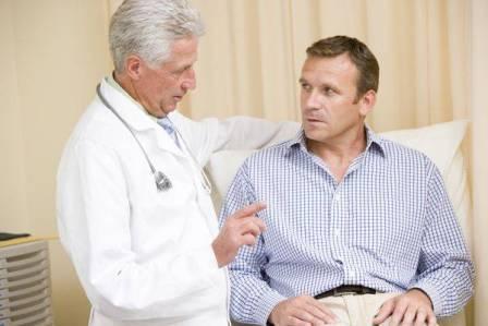 врач беседует с мужчиной