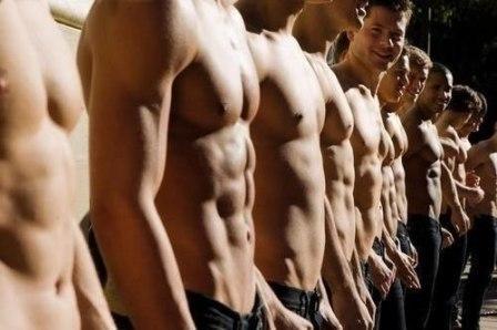 много красивых парней стоят в ряд