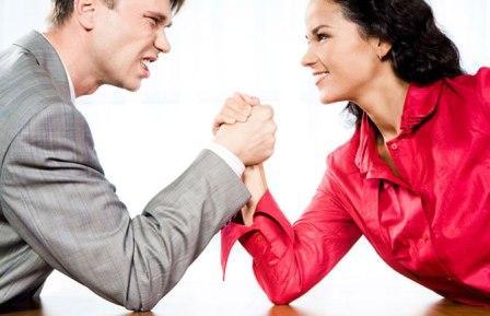 мужчина и женщина соревнуются в силе