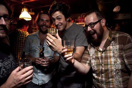 мужчины с алкогольными напиками