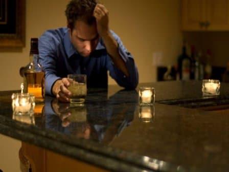 пьяный мужчина за барной стойкой
