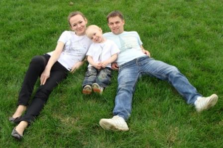 семья с ребёнком на газоне