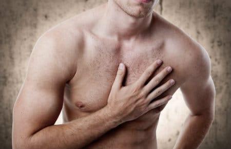 мужчина держится за грудь