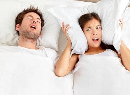 мужчина храпить женщина дежрит подушку на ушах