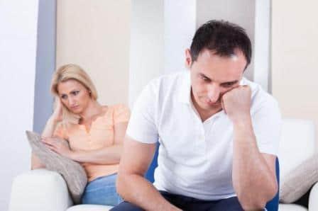 мужчина и женщина сидят грустные
