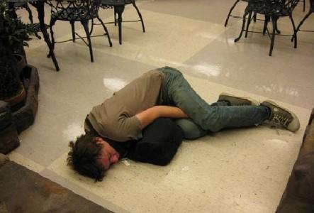пьяный спит на полу