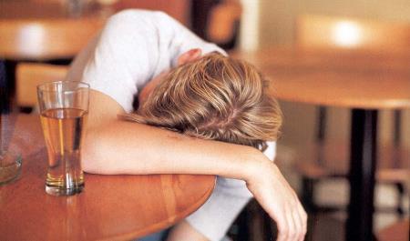 пьяный заснул за столом