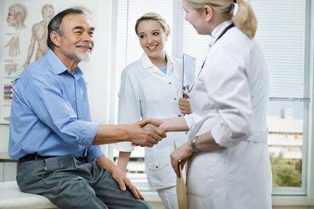 врач пожимает руку