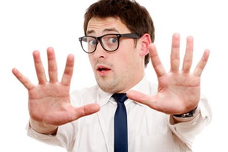 мужчина показывает руками стоп