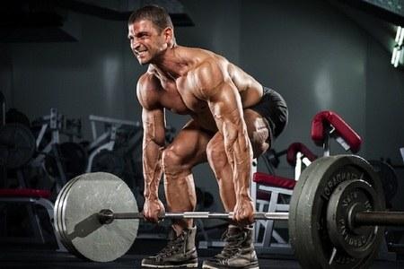 мужчина делает становую тягу