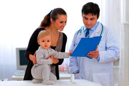 мама с ребенком у доктора