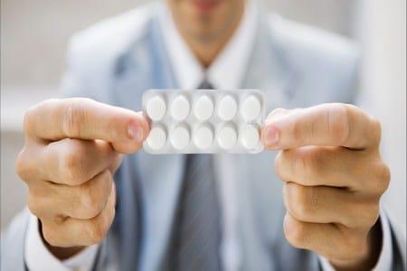 упаковка таблеток в руках