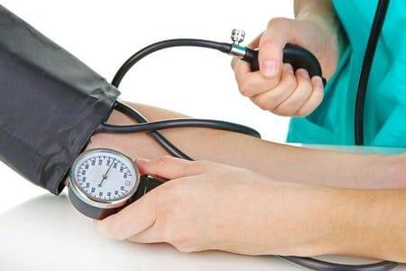 измеряют артериальное давление