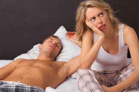 мужчина спит возле женщины