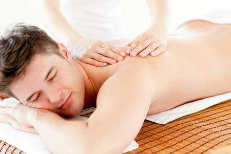 мужчины делают массаж