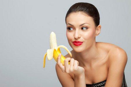 женщина смотрит на банан