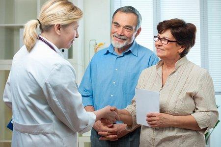 врач общается с пациентами