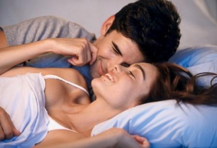 женщина с мужчиной в кровати