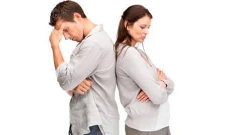 парень и девушка стоят спиной друг к другу
