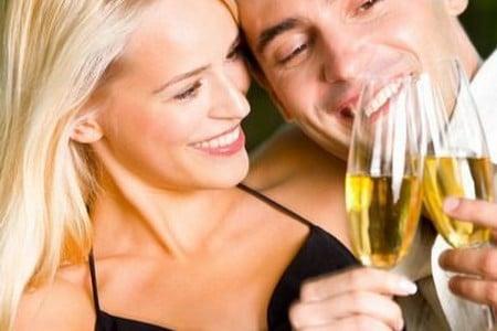 мужчина и женщина с бокалами