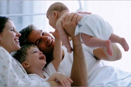 молодой мужчина с малышом