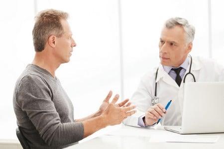 мужчина возле доктора