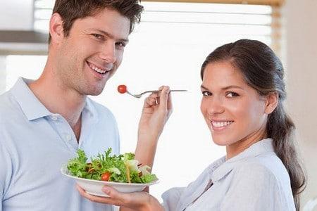 женщина кормит мужчину