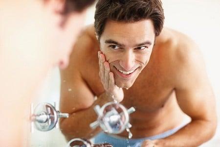 Мужчина омывает лицо