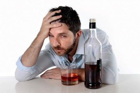 Мужчина с стаканом и бутылкой виски