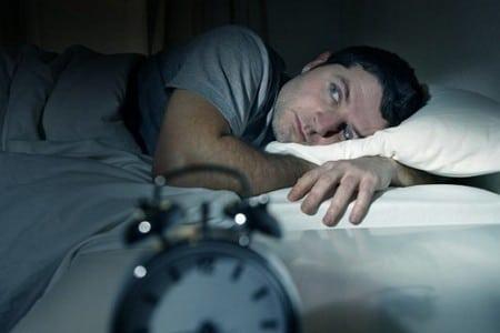 Мужчина не может уснуть