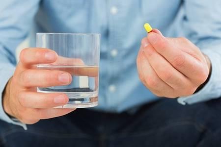 капсула и стакан воды