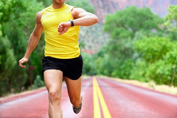 Мужчина в желтой майке на пробежке