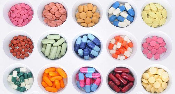 разноцветные таблетки в ячейках
