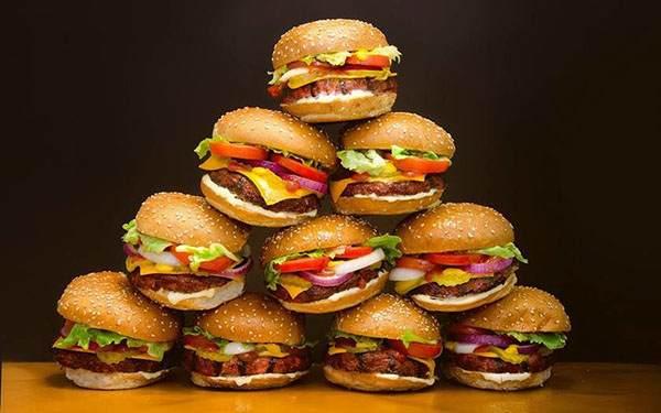 гора аппетитных гамбургеров