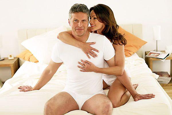 мужчина с женщиной сидят на краю кровати