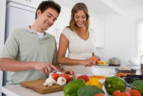 мужчина и женщина готовят на кухне